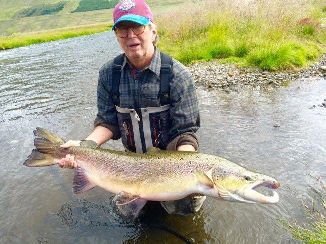 Eric Clapton pesca o maior salmão do ano na Islândia. Sério