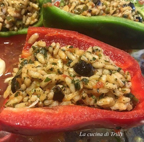 Ingredienti per 3 persone: 3 peperoni grossi (rosso, giallo e verde) 6 cucchiai di riso del tipo che non scuoce (parboiled) 4 pomo...