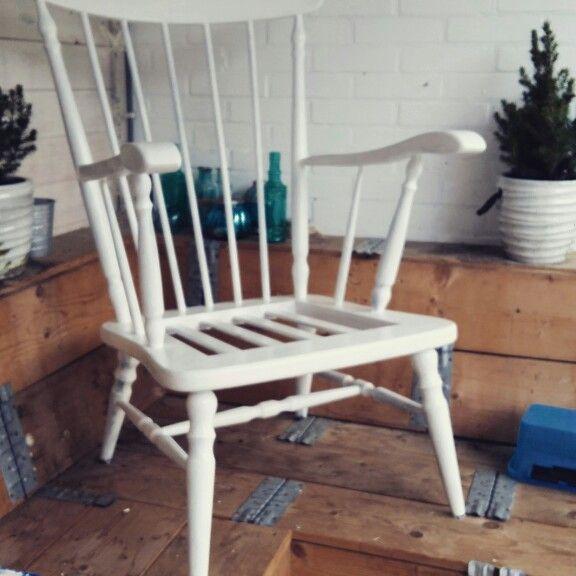 Pimp  een oude brocante stoel naar een mooie brocante landelijke look. Nu de kussens nog laten bekleden en klaar.  Tip; op marktplaats kun je deze stoelen soms gratis ophalen