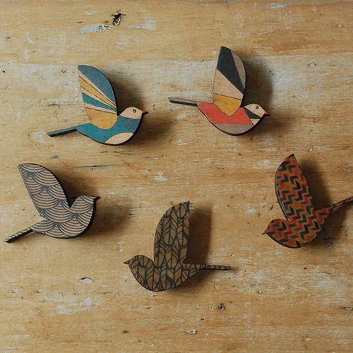 the linen bird ホームのウエア・アクセサリー 鳥のブローチのページです。リネンの生地や製品、お洋服。器やかごなどの生活雑貨。フランス菓子もお届けします。