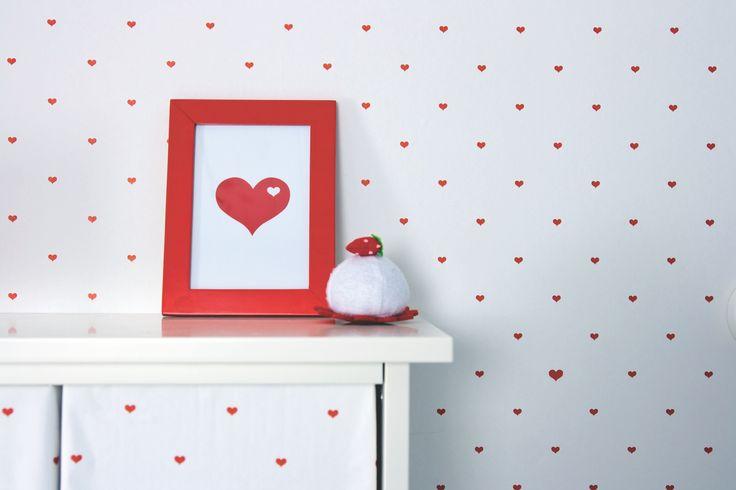 Tapetti Kompis Small Heart 11-11215 0,53x10,05 m non-woven valkoinen/punainen huoneessa