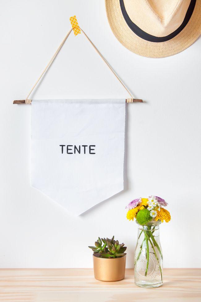 Veja como fazer uma flâmula ou bandeirola com frase inspiracional, para a sua decoração. Você também pode escrever uma mensagem bonita e dar de presente!