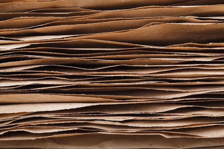 braun, Gestapelten Papierbögen