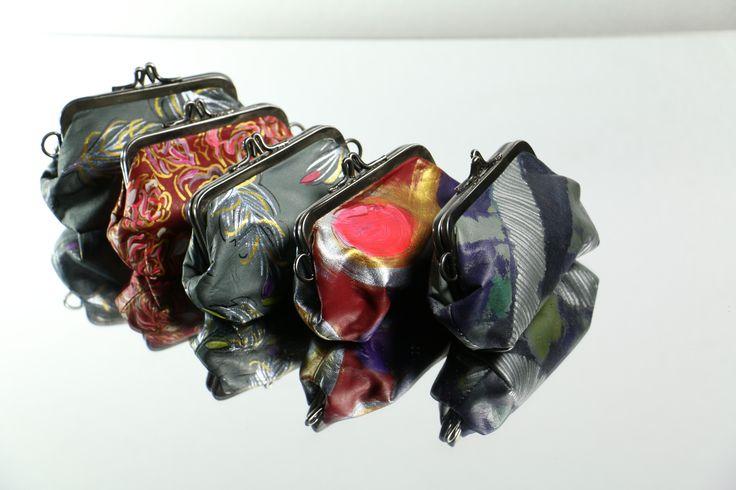 Monederos globo en cuero decorado a mano, técnica Batik, forro textil. www.monicatejada.co