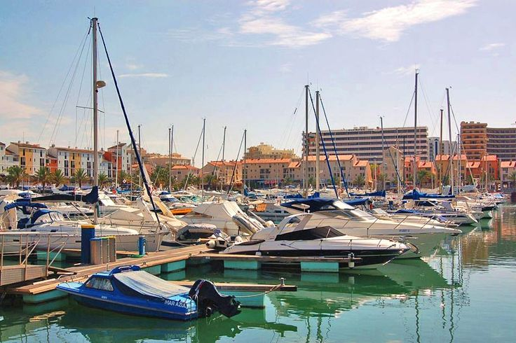 Vilamoura On A Budget: Cheap Things To Do In The #Algarve - via Weather2travel 16.07.2015 | Although it's one of Portugal's premier holiday spots, known for its golden beaches, beautiful golf courses, cool nightlife, breathtaking views and Michelin star restaurants, there are plenty of hidden gems that you can experience for free. Photo: Vilamoura Marina, Algarve © Bahnfrend - Wikimedia Commons