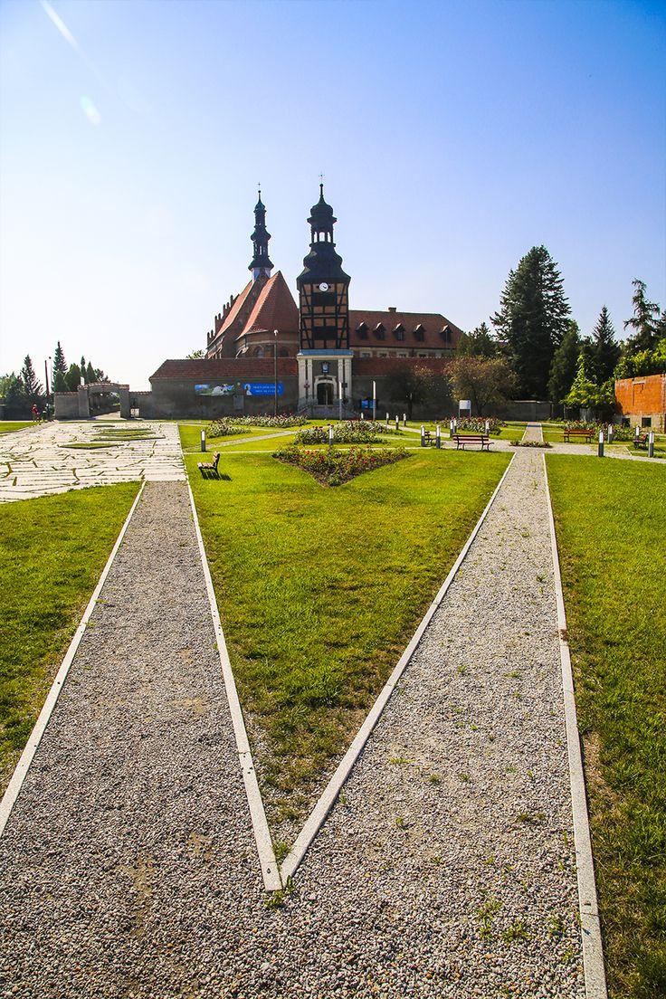 #Architektura w #KazimierzBiskupi - #park. W tle - #klasztor. // #Architecture in Kaziemierz Biskupi, #Poland - #park #monastery