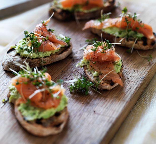 Grillet brød med bønnemos og røget laks forener sprødt, blødt og lækkert på fineste vis. Servér de små brød som en forret eller på fx tapasbordet.
