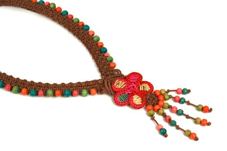 Natural, un collar que combina y reúsa la madera con los hilos tejidos. ¿Te gustan las artesanías? Este diseño es perfecto para ti.
