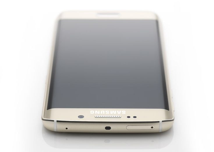 Samsung Galaxy S6 Edge smartphone has a curved screen