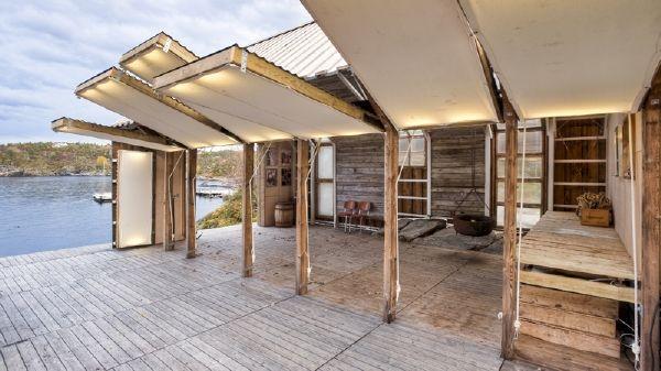 La casa del lago con las paredes o contraventanas que se levantan y hacen un falso techo!! Que invento