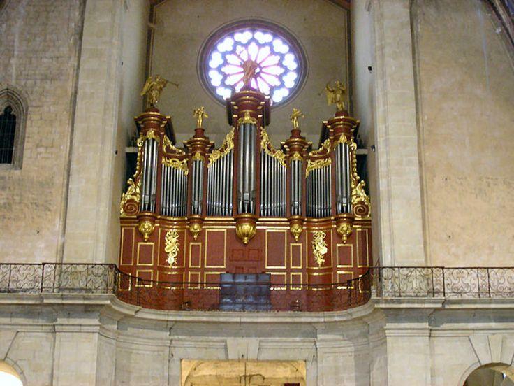 La construction de l'église Saint-Vincent dans le style gothique méridional s'est étalée sur toute la durée du 14ème siècle