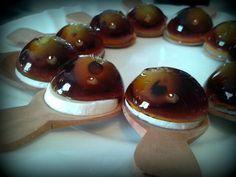 Una de las tapas para hacer en casa más espectaculares. ¡Ojo al vermut! es una tapa original y fácil de hacer en casa: vermut, gelatina, olivas y cubitera.