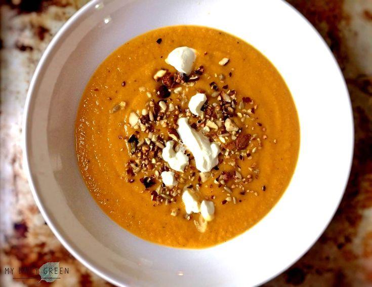 Passend zum kühlen Herbst-Wetter möchte Ich heutemeine aktuelle Lieblingssuppe mit Euch teilen. Trotz satter oranger Farbe ist es KEINE Kürbissuppe, sondern einer bauchschmeichelnder, warmer Traumvoller Süßkartoffeln, Möhren und roter Linsen. Hat Groß- und Klein super geschmeckt und passt perfekt zu einem grauen Herbst- oder Wintersonntag, wenn man eigentlich mit dicken Socken den ganzen Tag im Bett bleiben will!  Rezept für Süßkartoffel-Linsen-Möhren-Suppe: Das brauchst Du (für 4…