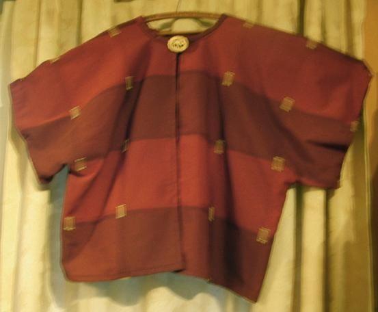 """La veste a été réalisée sur la base d'un modèle hypersimple """"au carré"""" trouvé dans un Marie-Claire de 1974 je pense...(je suis très conservatrice, je sais, je sais...). J'ai fait plusieurs tuniques sur cette base, voici la précédente ci-dessous. et puis..."""