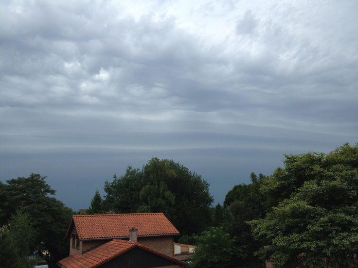 Zwaar onweer in aantocht (27-7-13). Bijzonder golvende wolkenlucht.