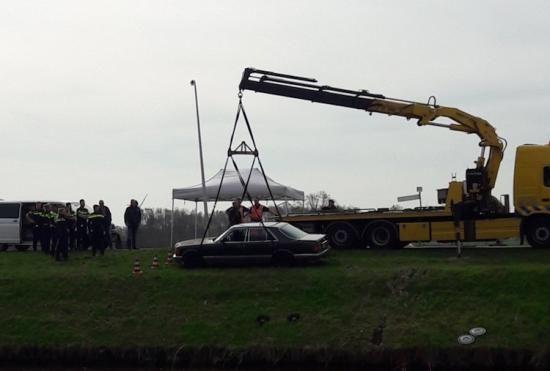 Het mysterie van een dode man in een Mercedes W126