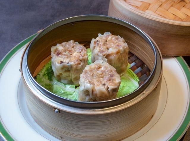 五目焼売 - 服部 暁彦シェフのレシピ。肉は、豚挽き肉と豚肩ロースの2種類を用意するのがポイント。 豚挽肉はつなぎ用です。繊維を潰すようにしっかり捏ね、粘りを出しておきましょう。 豚肩ロースと海老は食感を残すように粗いみじん切りに。 あとから入れる具材は食感を残すために練らずに、混ぜ合わせるだけです。