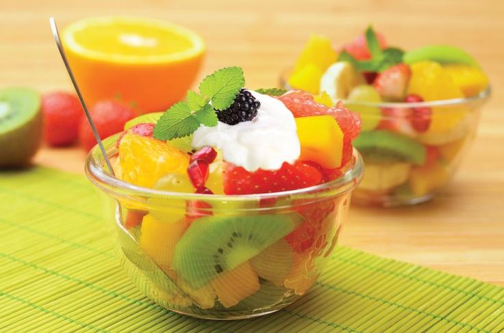 Desayuno Light: Ensalada de Frutas, Yogurt con Hojuelas de Avena y Maìz,  Jugo Natural, Y Bebida Caliente.