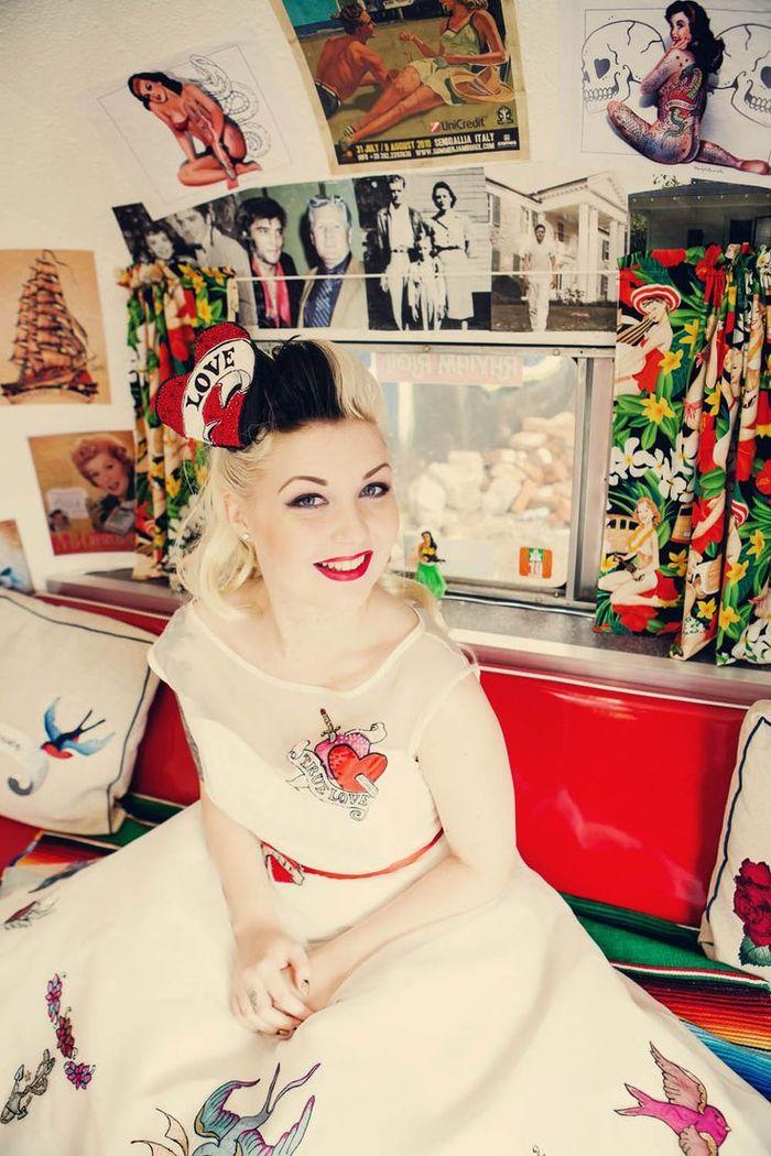 une coiffure rockabilly avec coque bicolore ornée d'un accessoire de cheveux original, look de mariée vintage et insolite