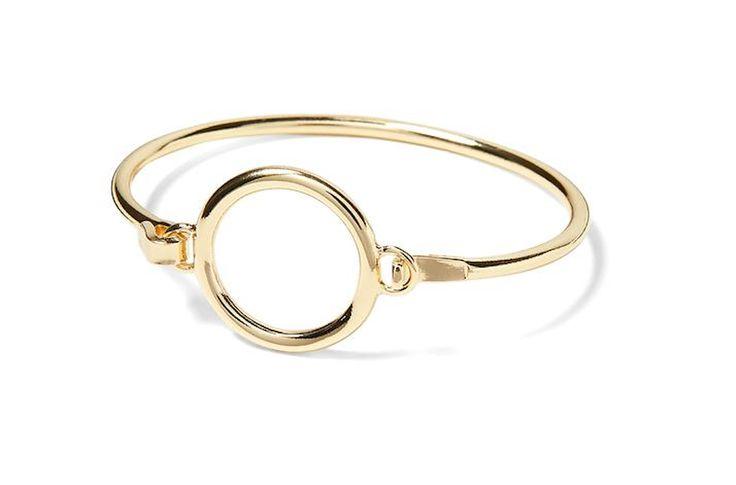 Bracelet en laiton et zinc plaqué imitation or, de Banana Republic—Prix: 50 $ Info: bananarepublic.com