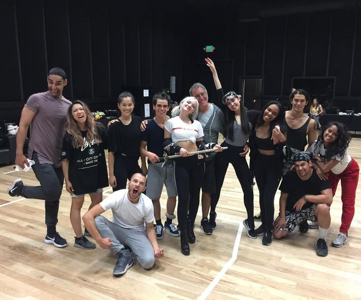 """Kenny Ortega en Instagram: """"In rehearsals with my #villainkids for an upcoming television performance. Stay tuned ❌🍎❗️#descendants2 15 Days and counting. . ."""""""