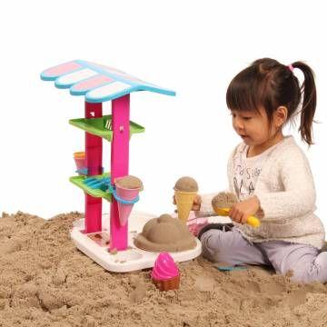 Maak de heerlijkste zandijsjes met deze ijskraam. Inclusief verschillende accessoires zoals vier hoorntjes, twee bakjes, een ijslepel, twee ijs-zandvormen en vier lepeltjes. Ook erg leuk om binnen mee te spelen, met Super Sand of ander binnen speelzand.