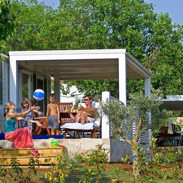 Profitez ensemble de bons moments en famille sur la terrasse de votre mobil-home #mobilhome #luxe #confort famille #family #vacances #holidays #vacansoleil #soleil #sun #nature #spring #summer #bonheur #happiness #bluesky #cielblue #campingtime #campinglife #campingfun #campingfun #france 💙 💛