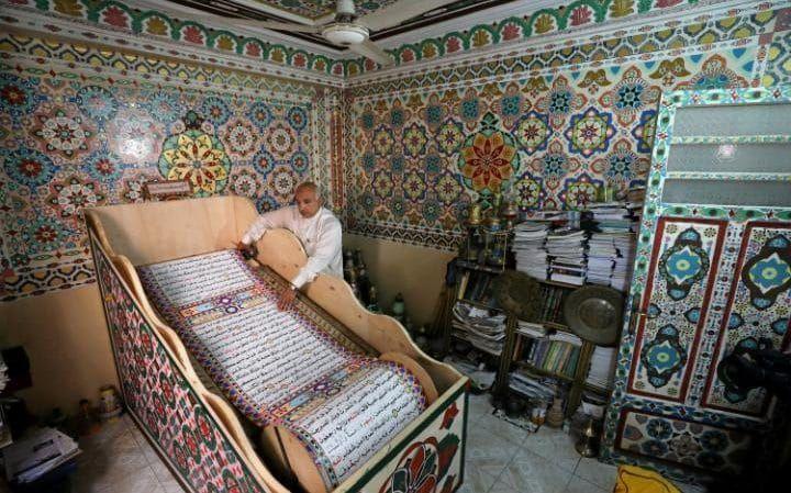 Saad Mohammed veereb alla, mida ta ütleb on suurim käsitsi kirjutatud versiooni Koraani maailmas, Belqina, Egiptus