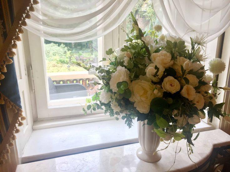 bukiety sztucznych kwiatów z naszej pracowni w restauracji Hotelu Aleksander