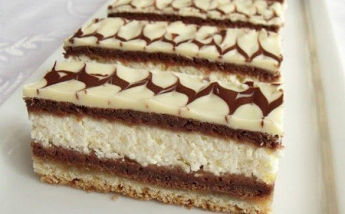 Jednoduché řezy plněné tvarohem. Světlý plát těsta, kakaový plát těsta, tvarohová nádivka a znovu kakaový plát těsta. Vrch polijeme bílou čokoládou a ozdobíme tmavou čokoládou. Mňamka!