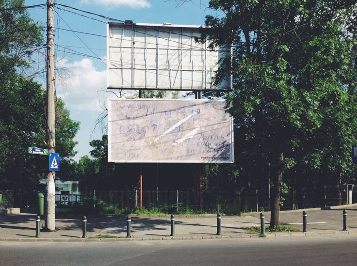 martyn_windsor : It reads 'Lehman Brothers surfin' the Bucharest Billboards', with lines of cocaine on a 1 LEU bank note. #BB7 https://t.co/J1cLFcn1sn | Twicsy - Twitter Picture Discovery