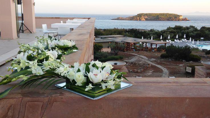 Στολισμός γάμου κεντρική ανθοσυνθεση ορχιδεες τριαντάφυλλα