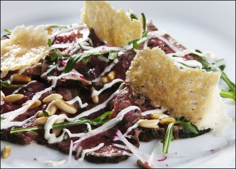Carpaccio med parmesanchips og pepperrotsaus