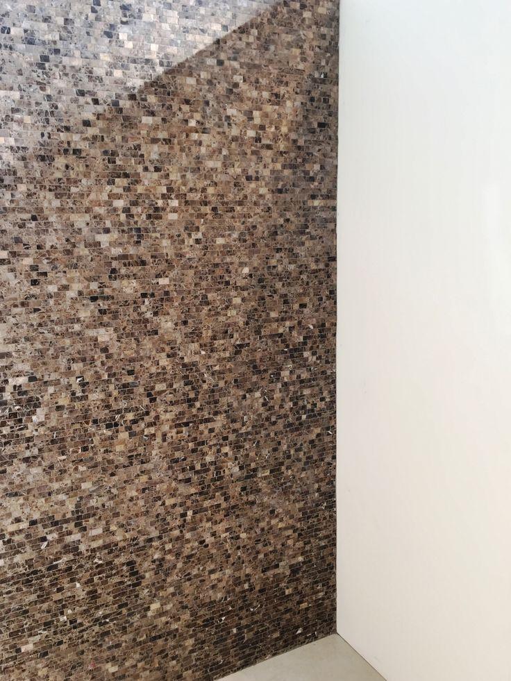 Prachtige natuurstenen wand van mozaïek in warme bruintinten uit de collectie van Nibo Stone. Mooi in een moderne badkamer voor een natuurlijke uitstraling.