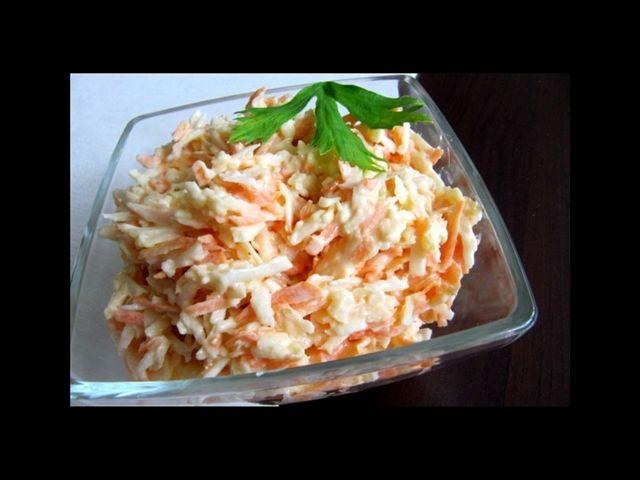 Celerový salát s mrkví    1 ks středně velkého celeru   1 ks mrkve   1 ks velkého jablka   1 lžička majonézy   3 lžičky bílého jogurtu   2 lžíce jablečného octa   1 lžíce pískového cukru   2 špetky mořské soli   1 špetka čerstvě mletého        pepře
