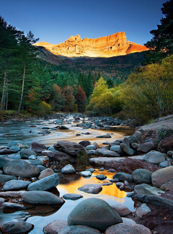 Paso del Pirineo Aragonés - El Valle de Hecho unía en el pasado Huesca con Francia. Hoy forma parte del Parque Natural de los Valles Occidentales