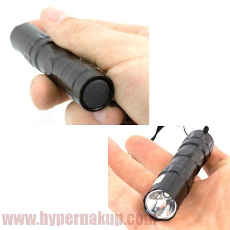 Praktická LED baterka so šnúrkov pre uchytenie na ruku alebo karikou pre upevnenie na kľúče taku a pod . Baterka je vhodná na kempovanie, poľovanie ale i do domácnosti .ŠpecifikácieTyp: 1LED Sila svetla 12 lúmenovLight rozsah: 10 m Doba svietenia: 3,5 hodinyKontrolky napájanie: 1 x 1,5 V AA batérie (nie je súčasťou balenia)Vodotesný: áno, IPX4  Rozmery : dĺžka 94 mm, priemer 18 mmFarba: čiernaBalenie obshauje 1ks Baterka LED