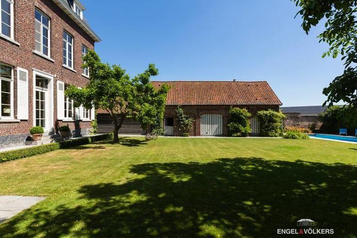 Te koop - Herenhuis 6 slaapkamer(s)  - bewoonbare oppervlakte: 400 m2  - Daterend van 1847 kent dit prachtige herenhuis een rijke geschiedenis. De Franse gevel met mansardedak geeft het 'klein kasteeltje' een statige uitstr  - bouwjaar: 1847-01-01 00:00:00.0 3 bad(en) -   4 gevel(s) -
