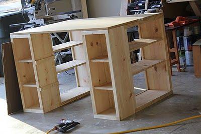 mesa de manualidades con cubículos en el frente para la accesibilidad y los estantes en los laterales para almacenamiento