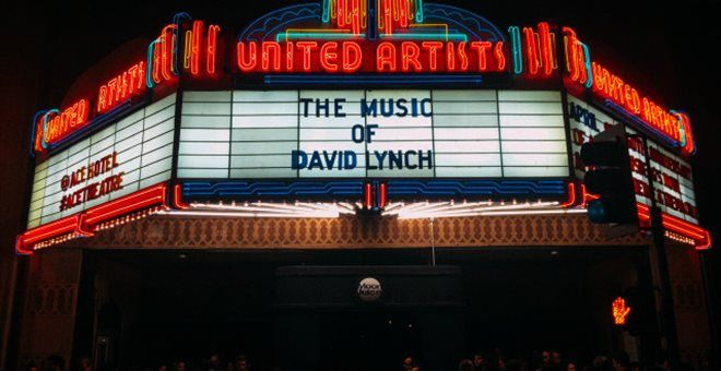 Παρέλαση καλλιτεχνών σε εκδήλωση για τον David Lynch με την Kid Moxie στο Mysteries of Love — ΣΚΑΪ (www.skai.gr)