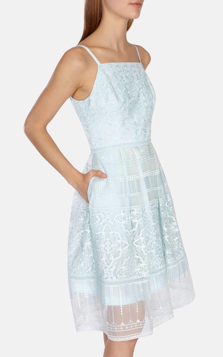 Платье из органзы с вышивкой Karen Millen. Цвет , купить за 16628р в официальном интернет магазине karenmillen.ru с доставкой по России