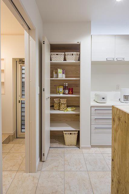 機能性にこだわった、たっぷり収納の大型パントリー(食料庫)。 キッチン 収納 パントリー 