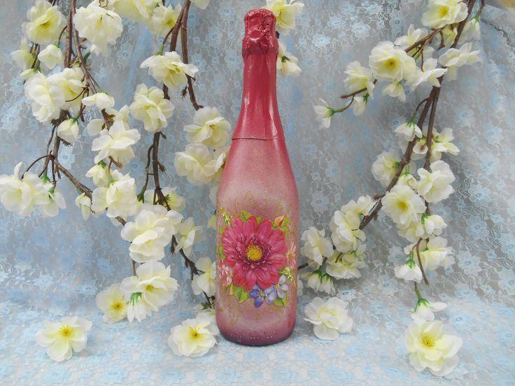 Подарочное шампанское  в тонированной бутылке цвета фуксии с декором ручной работы в технике декупаж. #праздники #подарок #шампанское #фуксия #декупаж  #ручнаяработа #soprunstudio