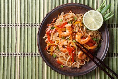 Fideos de arroz con verduras y gambas