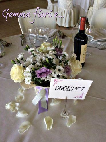 Centrotavola con rose Avalanche, lisianthus lilla e margherite Bouncer