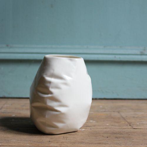 Baudruche n°2 Vase à trois côtés, porcelaine et émail transparent, 14X11 cm,  Prix : 30€