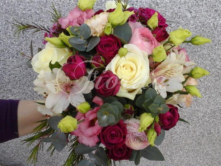 Romantická kytka z růží, eustom, alstroemérií