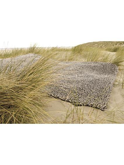 http://www.benuta.de/hochflor-teppich-gravel-mix-beige-1-2.html  Dezent in den Farben, extravagant im Design! Die Gravel Hochflor Teppich Kollektion von Brink&Campman verbindet Gegensätze in ihrer ästhetischsten Form. Die in einem eigens entwickelten Verfahren gewobenen Garne, tragen den einzigartigen Wiedererkennungswert der Brink&Campman Teppiche. Abwechslungsreich schön und doch mit einer tiefen Harmonie und Farbeleganz, trägt der Gravel zur anmutigen Raumsymmetrie bei.