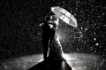 DC, Maryland, and Virginia Wedding Buzz : Wedding Day Photo: A Romantic Kiss in the Rain