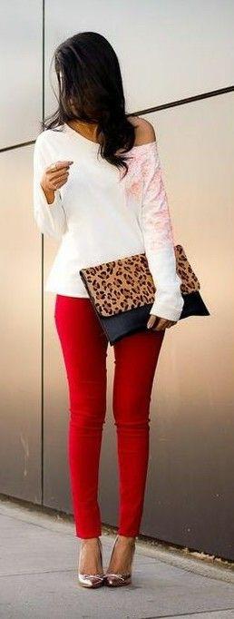 Hermosa blusa blanca mangas largas que combina con pantalón rojo y una cartera sobre de animal print